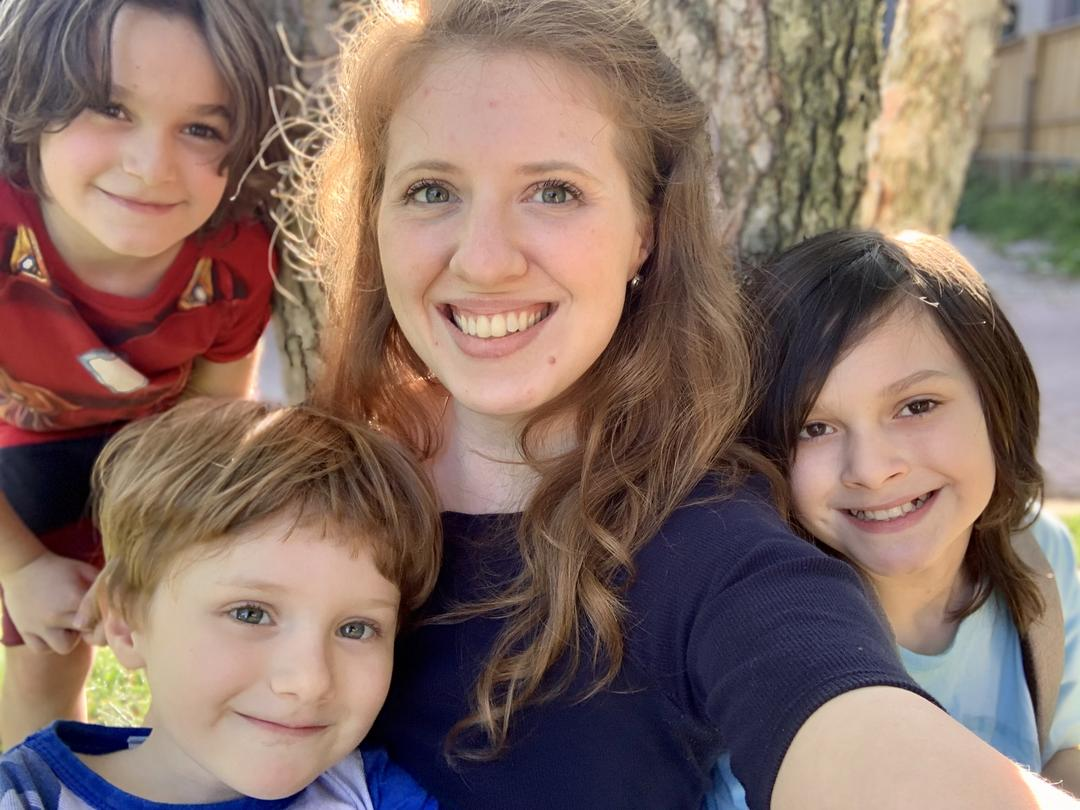 três crianças, um papai, duas mamães